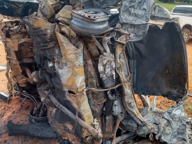 Dois carros pegam foto após batida na TO-010 (Foto: Folha do Bico/Divulgação)
