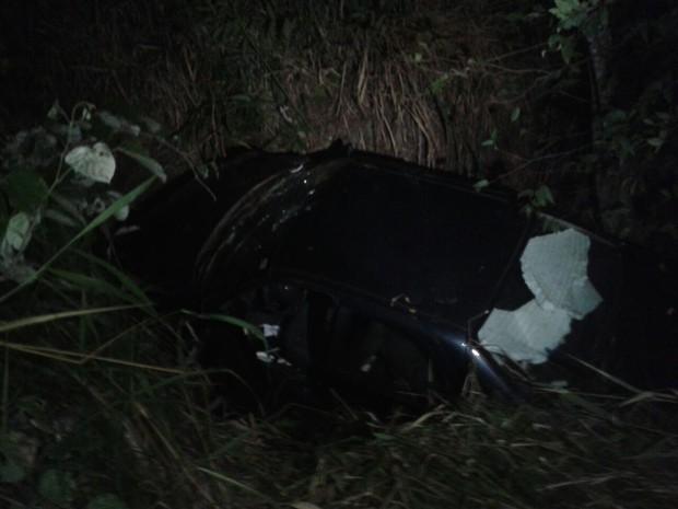Na primeira colisão carro saiu da pista e caiu dentro de um córrego (Foto: Aurora Fernandes/Divulgação)