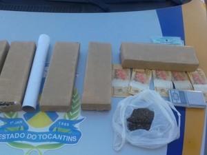 Droga foi apreendida com mulher em uma casa onde funcionava uma boca de fumo, segundo a PM (Foto: PM/Divulgação)