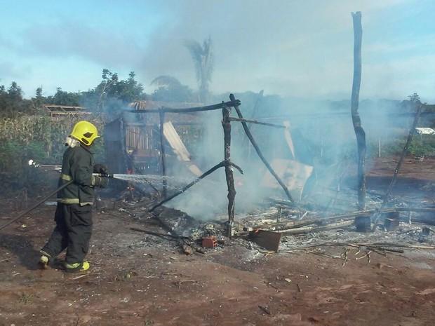 Vizinhos conseguiram retirar do imóvel um fogão e um botijão. (Foto: Corpo de Bombeiros/Divulgação