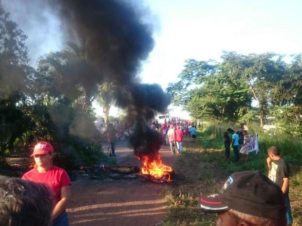 MST bloqueia BR-153 entre Fortaleza do Tabocão e Rio dos Bois (Foto: PRF/Divulgação)