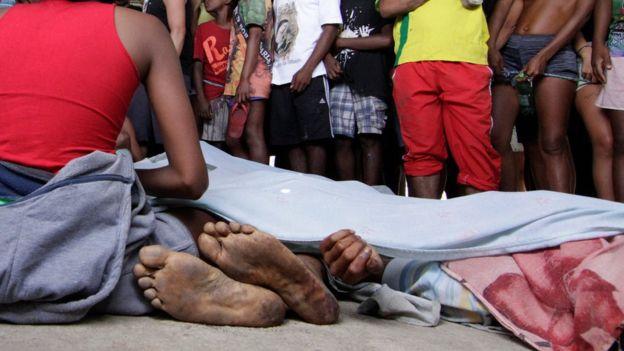 Polícia investiga se mortes ocorreram em confronto com milicanos ou policiais