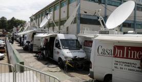 Carros de transmissão de televisão se preparam para cobertura de velório coletivoDaniel Isaia / Agência Brasil