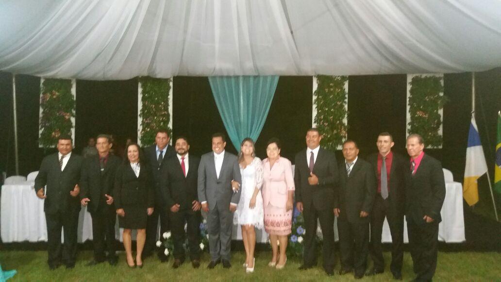 Prefeito ao centro ao lado da primeira dama, vice Josemir e vereadores.