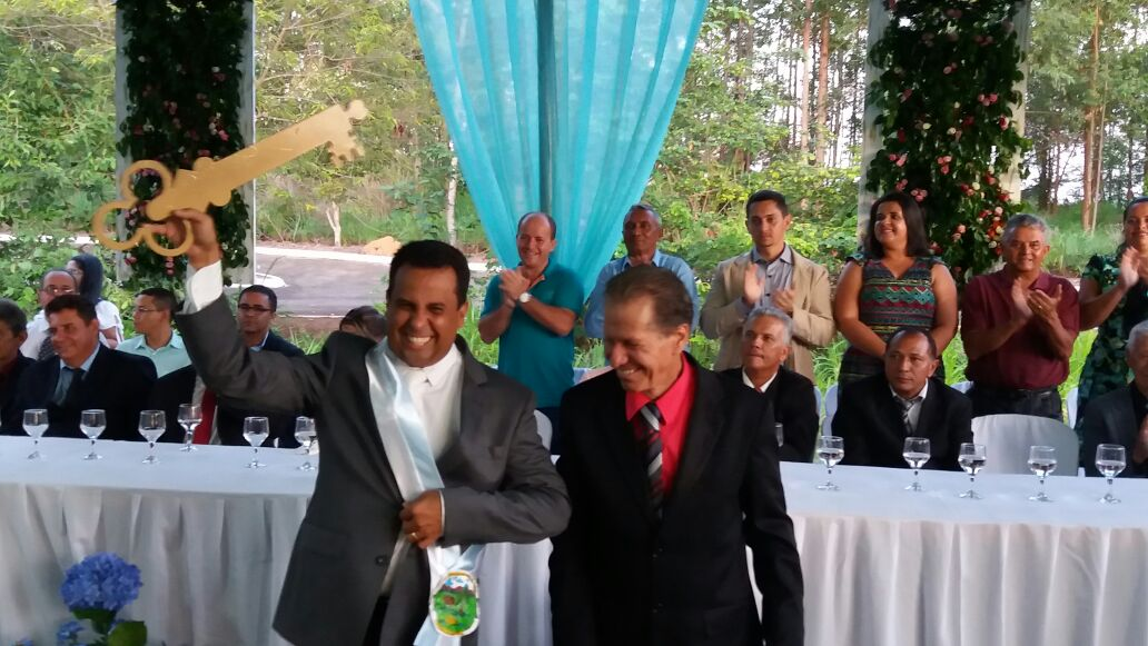 Prefeito Fabio Vaz recebendo a faixa do vereador Nilson Rodrigues.