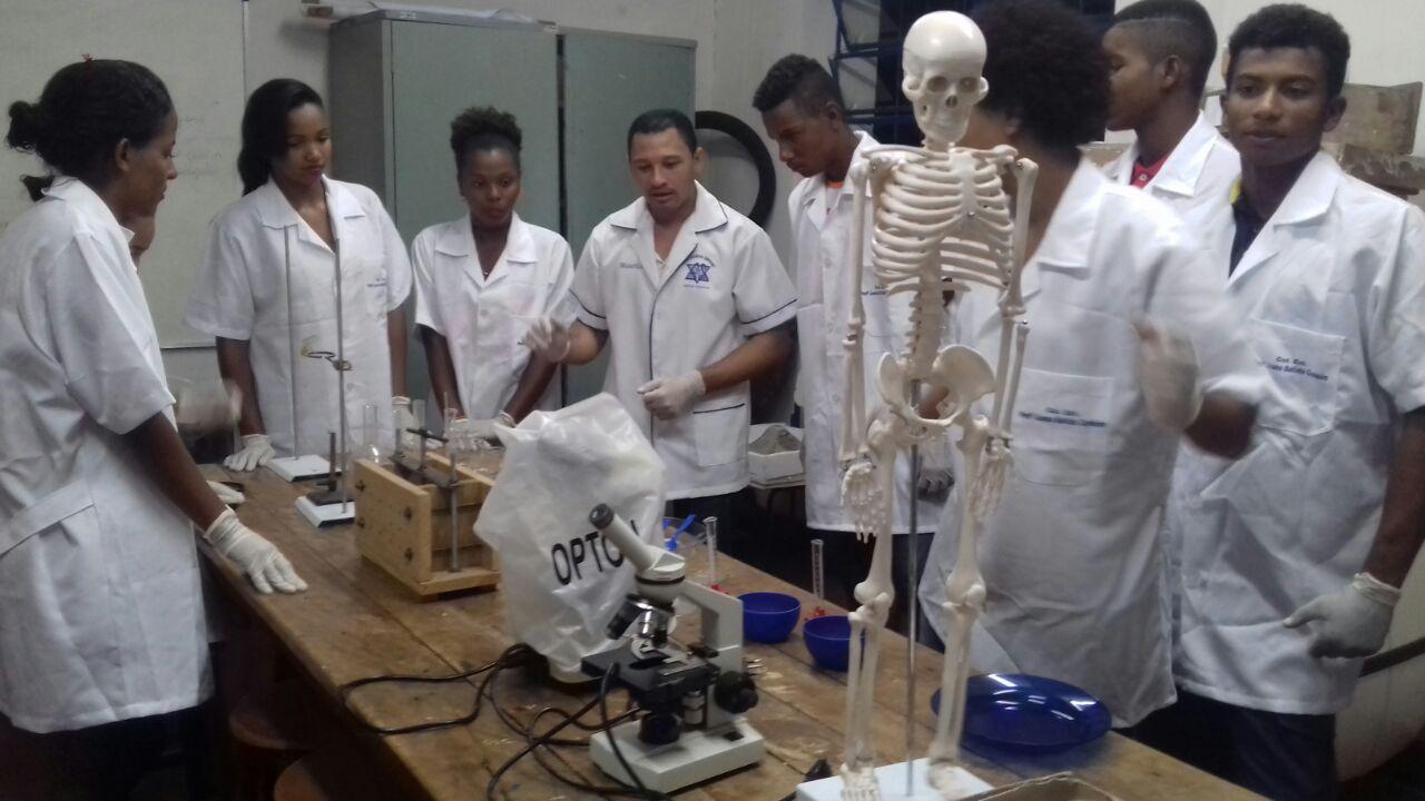 Alunos da unidade educacional no laboratório de Ciências