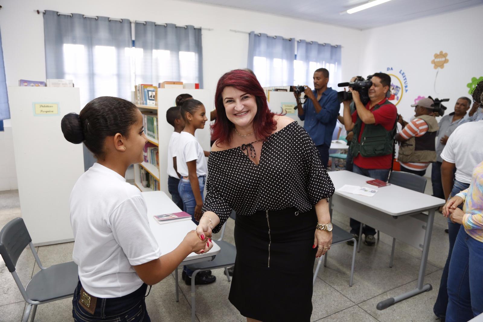 Professora Wanessa cumprimenta alunos do Colégio da Polícia Militar em Arraias