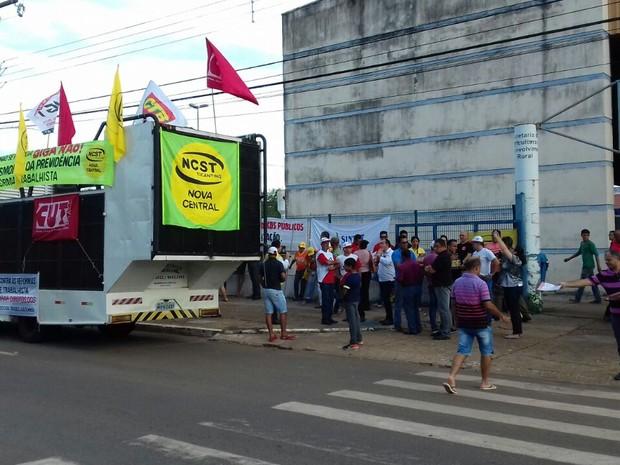 Ato começou por volta das 17h em frente a feira na 304 Sul (Foto: Aurora Fernandes/TV Anhanguera)