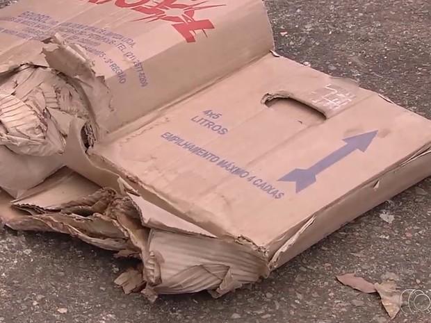 Recém-nascido foi achado ainda com a placenta em caixa de papelão (Foto: Reprodução/TV Anhanguera)