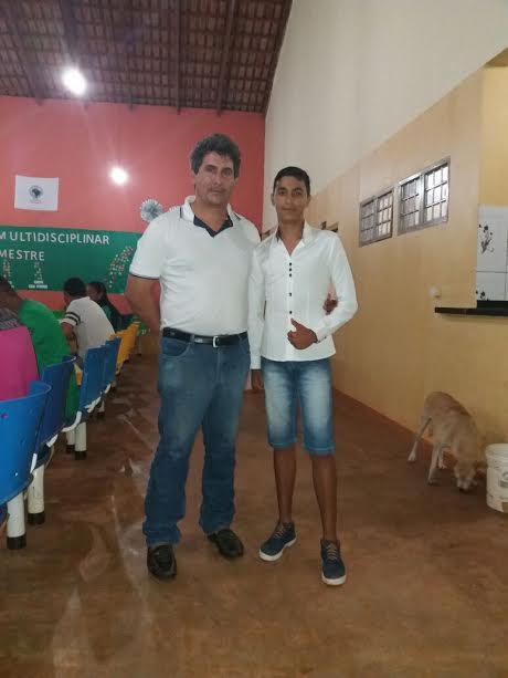 Ex-Coordenador Cirineu da Rocha acompanhado de um aluno.