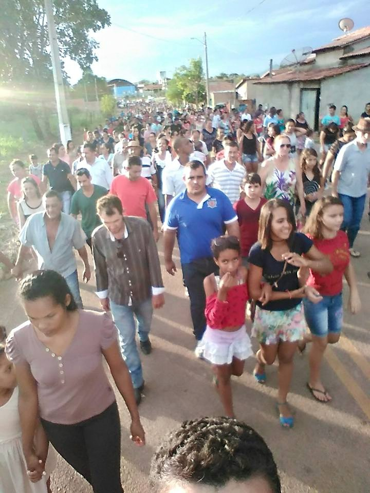 Uma multidão acompanhou o cortejo até o cemitério.