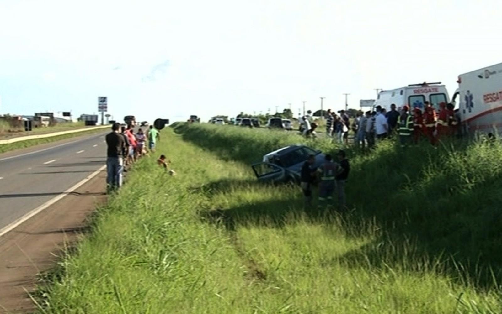 Carro em que estavam as vítimas parou em canteiro central da rodovia (Foto: Reprodução/TV Anhanguera)