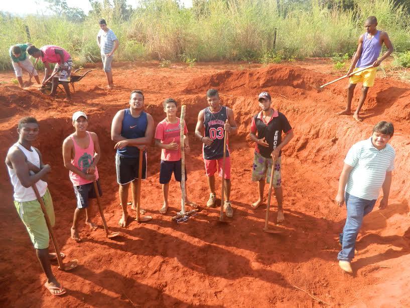 Alunos aprendendo a trabalhar a terra.