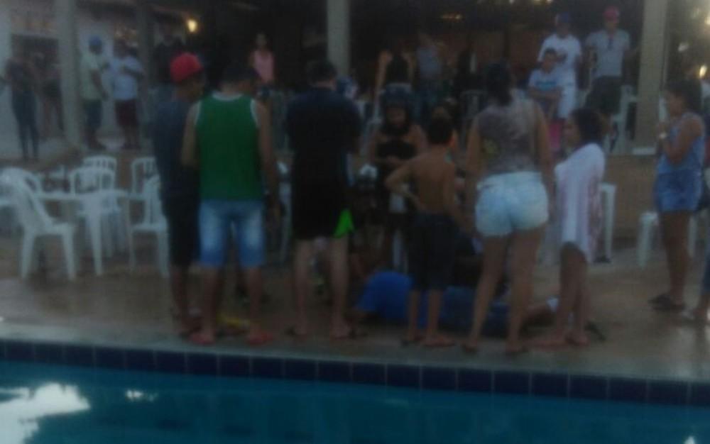 Criança de 5 anos morre afogada em piscina, em Anápolis (Foto: Reprodução/TV Anhanguera).