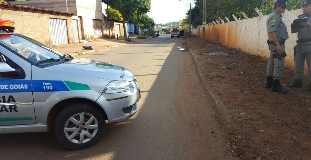 Segundo polícia, veículo foi cercado por outros três carros (Foto: Thaís Luquesi/TV Anhanguera).