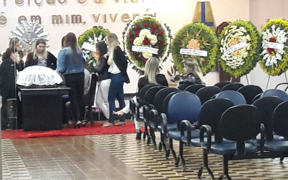 Corpo de Didi Latino, ex-empresário de Cristiano Araújo, é velado em Goiânia (Foto: Ludmilla Rodrigues/TV Anhanguera)