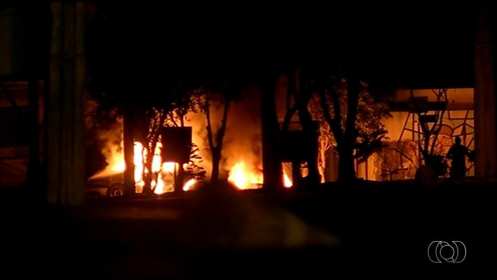 Homens atearam fogo em carros no meio das avenidas da cidade (Foto: Reprodução/TV Anhanguera)