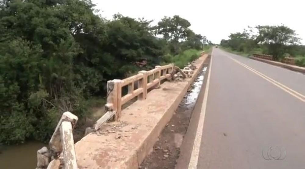 Ponte sem proteção na BR-153 no sul do estado (Foto: Reprodução/TV Anhanguera)