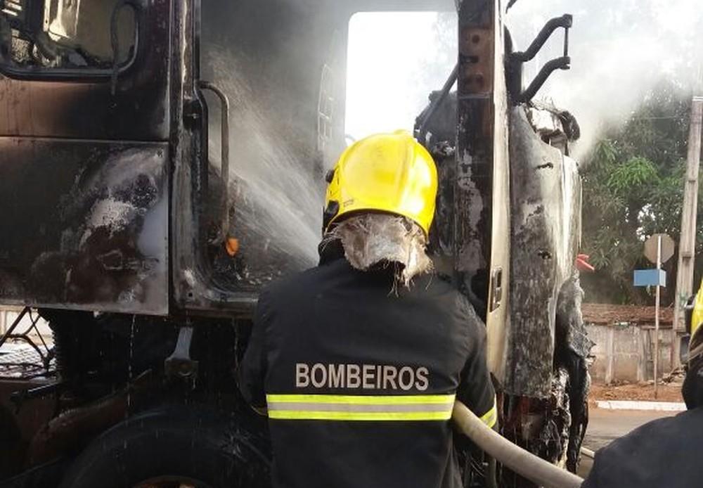 Bombeiros combateram as chamas, que deixaram a cabine destruída (Foto: Divulgação/Bombeiros)
