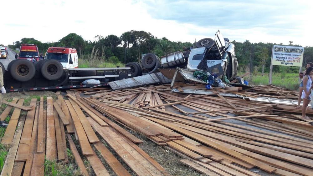 Caminhão carregado com madeira tomba na BR-153 (Foto: Corpo de Bombeiros/Divulgação)